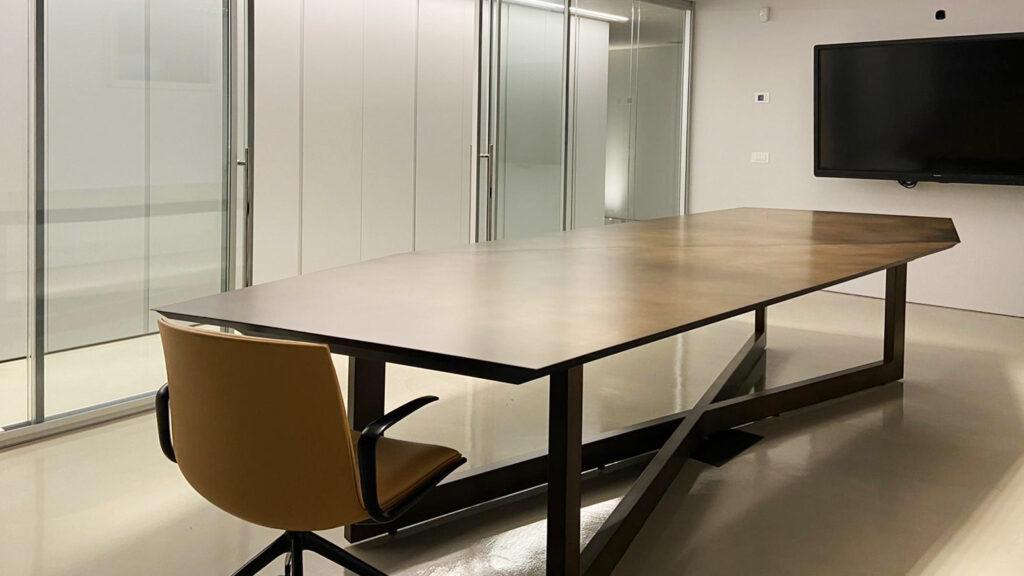 Tavolo design sala riunioni televisore